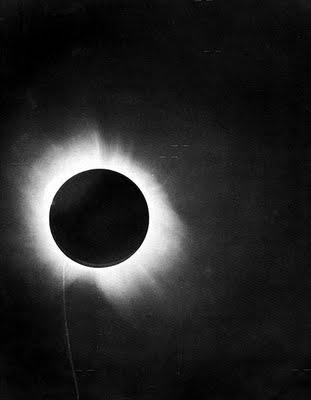 наблюдение отклонений лучей света во время солнечного затмения